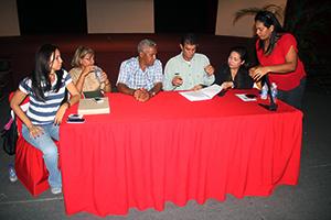 Alcalde del Municipio Vargas, Alexis Toledo, firmando el Contrato Colectivo Municipal 2013-14 conjunto con el Griselda Romero