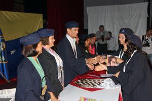 Alcalde del Municipio Vargas, acompañado de las autoridades entregando títulos a los graduandos y graduandas