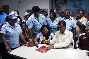 Alcalde Alexis Toledo Castro, firmando decreto Nº 254 para el aumento del pasaje de transporte público