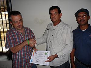 El director de Protección Civil Municipal, Juan Carlos Rodríguez,  recibió la distinción hecha a la institución
