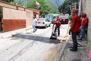 Alcaldía de Vargas coloca asfalto en sectores de Catia la Mar