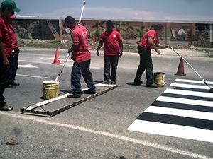 Cuadrilla de Imvitracv demarca paso peatonal en La Llanada