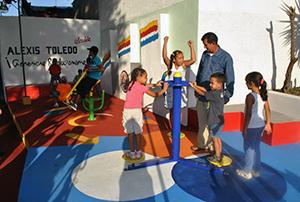 Niños disfrutando del parque biosaludable en compañía del alcalde del Municipio Vargas