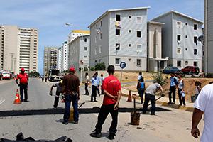 Cuadrilla de Imvitracv coloca reductores de velocidad en Urbanismo Hugo Chávez Frías 1