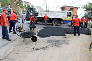 Cuadrilla de Imvitracv coloca asfalto en el sector La Cachapera en Las Tunitas