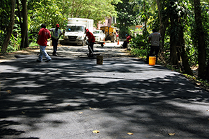 Trabajadores de Imvitracv colocan asfalto en el puente de Osma 3
