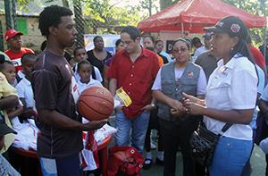 Alcaldía presente en entrega de kits deportivos en Chuspa