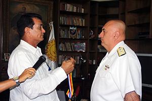 Alcalde Toledo condecora a contralmirante De Freitas