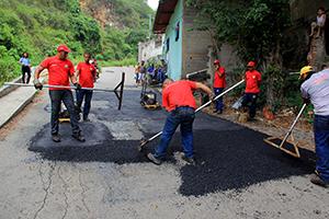Cuadrilla de Imvitracv coloca asfalto en la comunidad Santa Ana 4