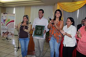 Alcalde del Municipio Vargas, recibiendo reconocimiento por parte de ASONACOP.