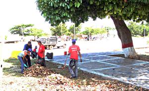 Desmalezan en plaza Las Palomas