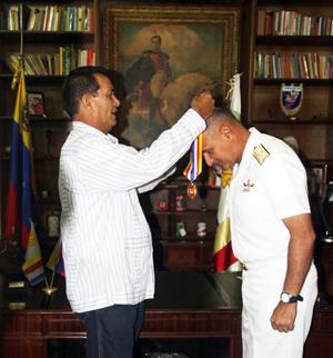 El Alcalde Alexis Toledo, al momento de imponer la condecoración Manuel Gual y José María España al Vicealmirante Pedro Manuel Pérez Rodríguez, comandante de la Infantería de Marina Bolivariana