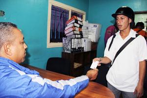 Luis Cuevas, presidente de Imvitracv hace entrega de Certificado de Servicio 1
