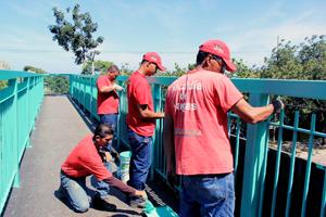Trabajadores de Imvitracv realizan mantenimiento en pasarela de Macuto