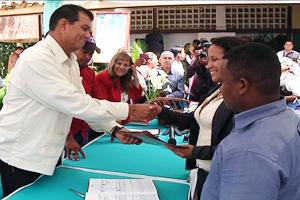 El acto de matrimonio a cargo del Alcalde del municipio Vargas, Alexis Toledo, en compañía del Director de Registro Civil, Víctor Brizuela.