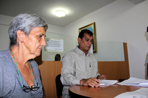 Alcalde del municipio Vargas firmando los títulos de tierras urbanas