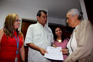 alcalde entrega titulos de tierras en la sabana