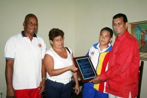 Martina Marín, en nombre de los representantes de los atletas de Judenamu 2008 entregó placa al alcalde Alexis Toledo